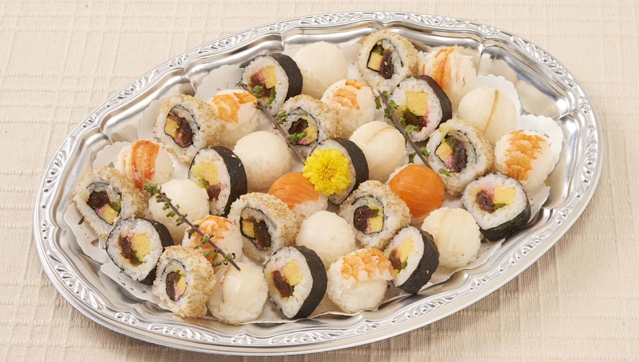 手まり寿司と巻き寿司の盛り合わせ